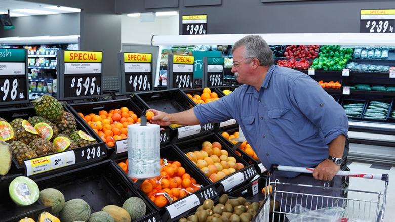 người đàn ông mua sắm tại chợ ở New Zealand
