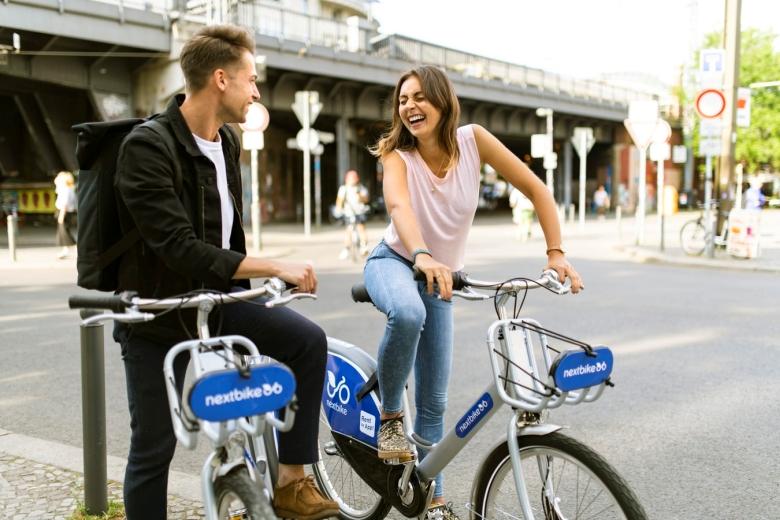 hai người đang đi xe đạp để tiết kiệm chi phí sinh hoạt khi Du học New Zealand