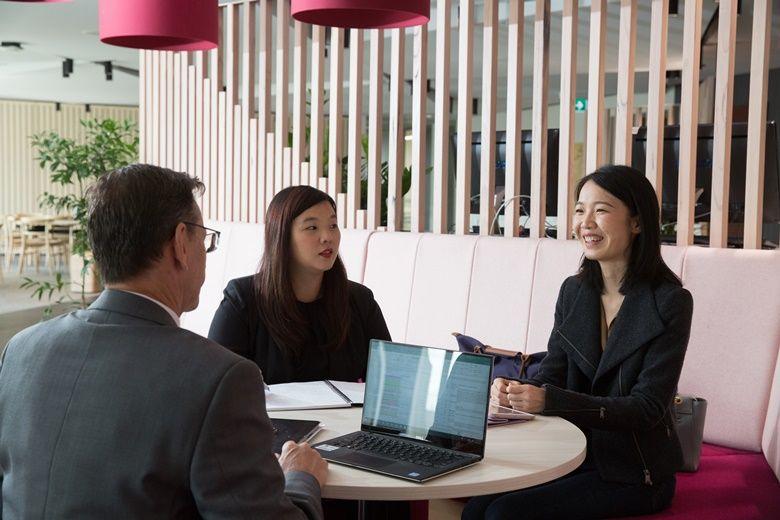 ba người đang ngồi nói chuyện về ngành học Business Analytics